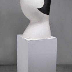郭旭達,無題 No. 14-01,2014,陶、金屬釉,92.7 × 40.6 × 48.2 cm