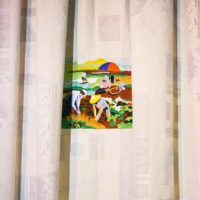 李若玫,一山清雲:撿花生,2013,窗簾、刺繡,140 x 136 cm