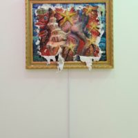 倪祥,Scarlet Night,2013,畫作:油彩/ 壓克力顏料/ 矽膠/ FRP,畫作:90 x 70 cm 針孔裝置:60 x 30 x 60 cm