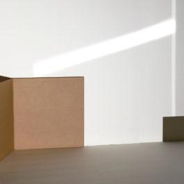 王雅慧,時間之書#1,2019,單頻道影像/白色木板/蜂巢紙板/CD封套,171 x 304 x 150 cm,6分56秒