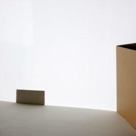 王雅慧,時間之書#2,2019,單頻道影像/白色木板/蜂巢紙板/黑色筆記本,171 x 304 x 240 cm,7分37秒