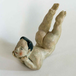 Fu-sheng KU, Child of Wonder, 1980, Painted ceramic, 10 x 15 x 8 cm